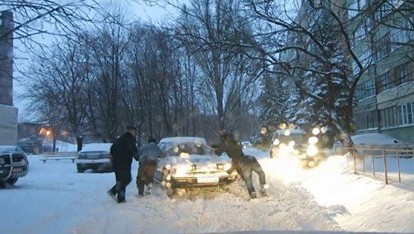 Последствия обильного снегопада в Донбассе