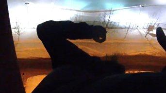 В Днепре полицейские поймали за ноги самоубийцу. Видео