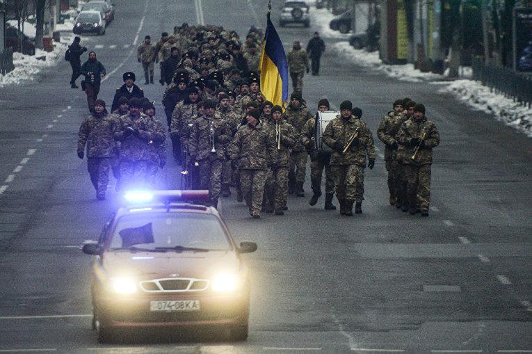 Колонна студентов из Киевского военного лицея имени Ивана Богуна движется на железнодорожный вокзал, чтобы отбыть на Поезде единения на станцию Круты.