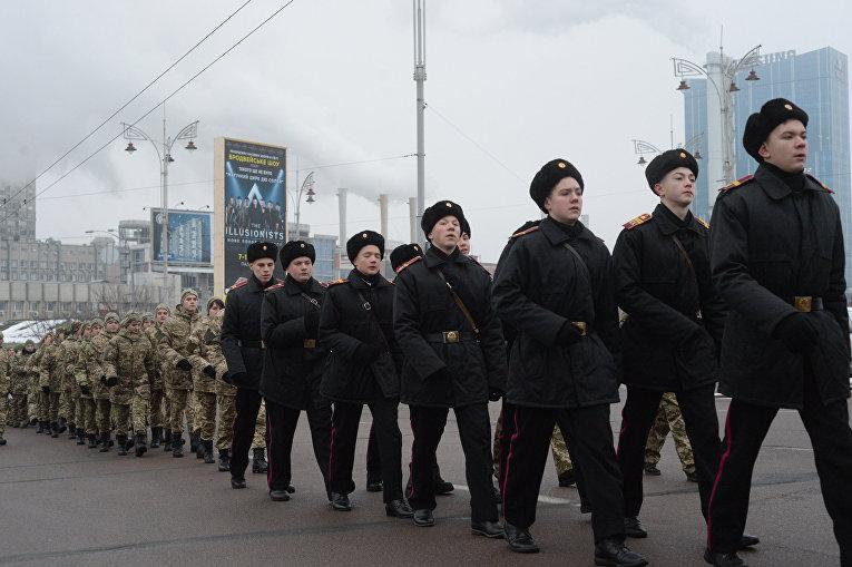 Колонна из Киевского военного лицея имени Ивана Богуна движется на железнодорожный вокзал, чтобы отбыть на Поезде единения на станцию Круты