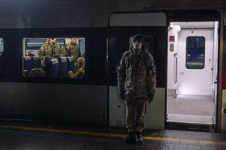 Студенты Киевского военного лицея имени Ивана Богуна на железнодорожном вокзале собираются отбыть на Поезде единения на станцию Круты
