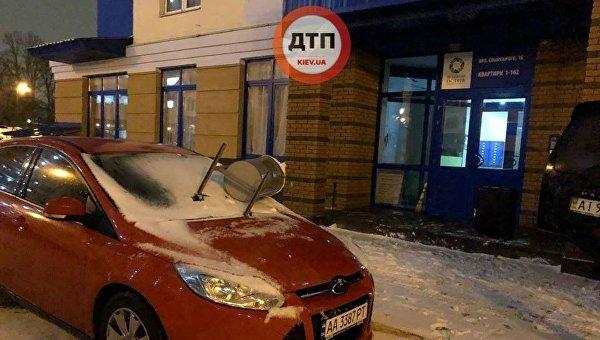 В Киеве на автомобиль положили урну