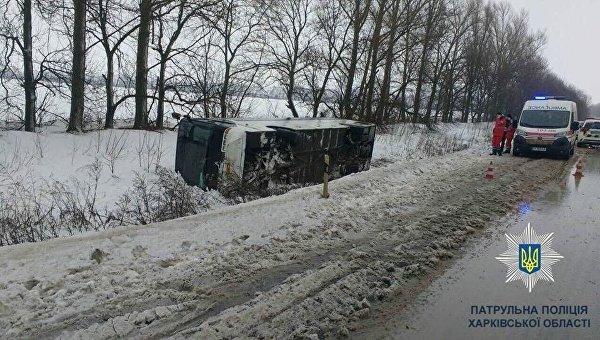 Снесло ветром: под Харьковом перевернулся рейсовый автобус