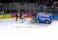Хоккей по-немецки. Ледовый комбайн въехал в журналистов. Видео