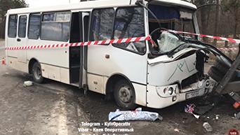 Под Киевом столкнулись маршрутка и автокран: кадры с места ДТП. Видео
