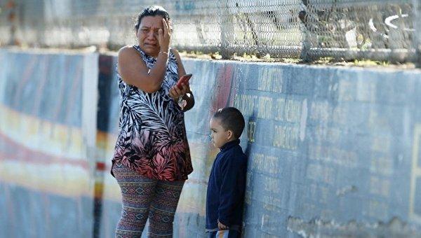Женщина плачет возле школы, где произошла стрельба