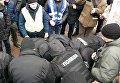 На митинге у Десятинного монастыря скрутили мужчину