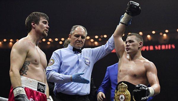 Федор Чудинов (Россия) после победы над Тимо Лайне (Финляндия) (слева)