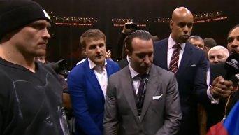 Усик вышел на ринг на дуэль взглядов с Гассиевым. Видео