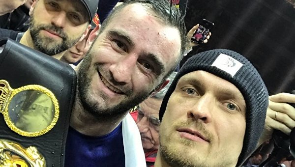 Украинский боксер Александр Усик сделал селфи с россиянином Муратом Гассиевым