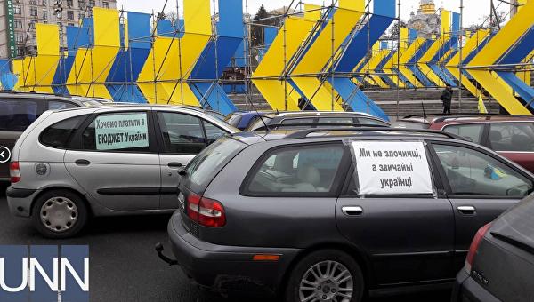 В центр Киева съехались несколько сотен машин на еврономерах