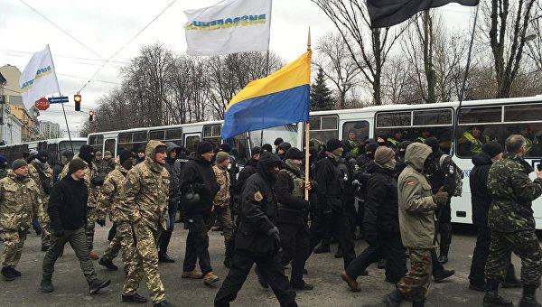 По бульвару Шевченко на акцию поднимается отряд Семена Семенченко. Архивное фото