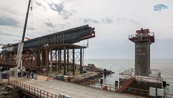 Возведение железнодорожных пролетов Крымского моста