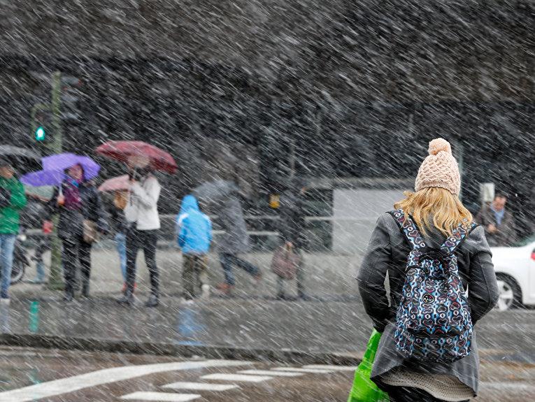 Из-за снегопада вИспании закрыли полсотни дорог, вМадриде задерживаются авиарейсы