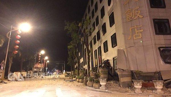 В результате землетрясения на Тайване обрушилось здание отеля