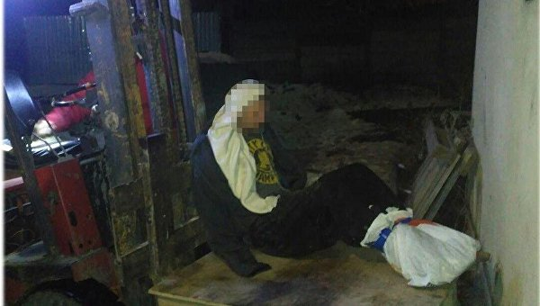 ВОдессе мужчина примерз босыми ногами ккрыше дома. Его спасли полицейские