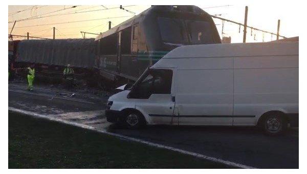 В Бельгии поезд сошел с рельсов и выехал на дорогу