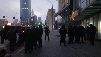 Полиция у входа в Гулливер утром 8 февраля