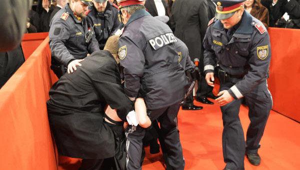 Акция Femen против участия Петра Порошенко в Венском балу