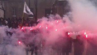 С14 зажгли файеры перед Шевченковским районным судом Киева