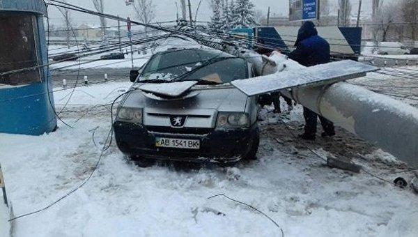 В Виннице электроопора раздавила авто