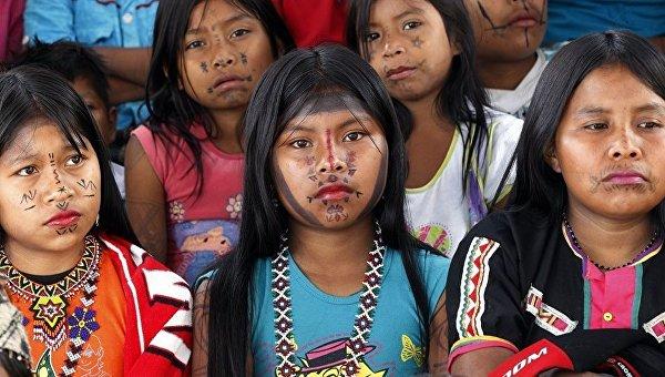 Колумбийские девочки перед проведением обряда обрезания