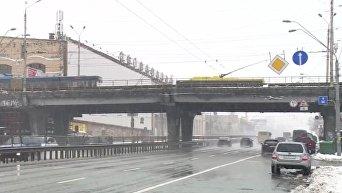 На Шулявском мосту в Киеве залатали яму, повредившую более 10 авто