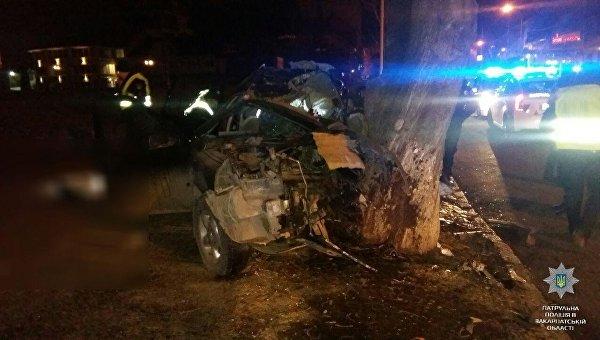 ВУжгороде автомобиль влетел вдерево, есть жертвы