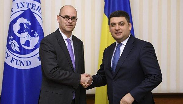 Глава миссии МВФ Рон ван Руден и премьер-министр Украины Владимир Гройсман