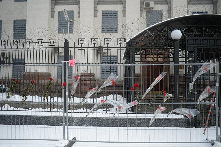 Киевляне несут цветы к посольству РФ после крушения Ан-148