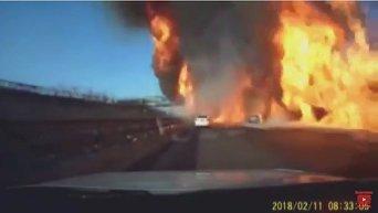 После взрыва цистерны с газом автомобили оказались в огненной ловушке