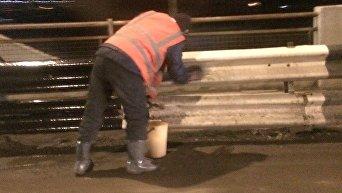 В ожидании Марины Порошенко: в Ужгороде вручную моют мост. Видео