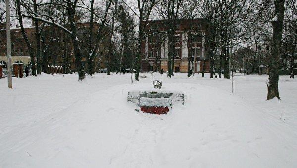 Осквернение памятника участникам УПА в Харькове. Архивное фото
