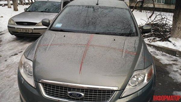 Кровавые следы на авто, оставленные иностранцем в Киеве