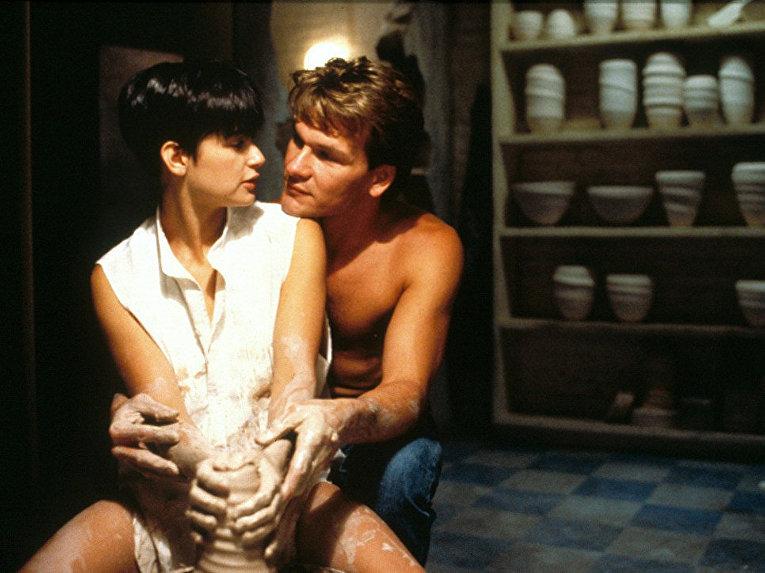 Патрику Суэйзи и Деми Мур в фильме Привидение удалось рассказать удивительную историю про то, как любовь легко и непринужденно побеждает смерть.