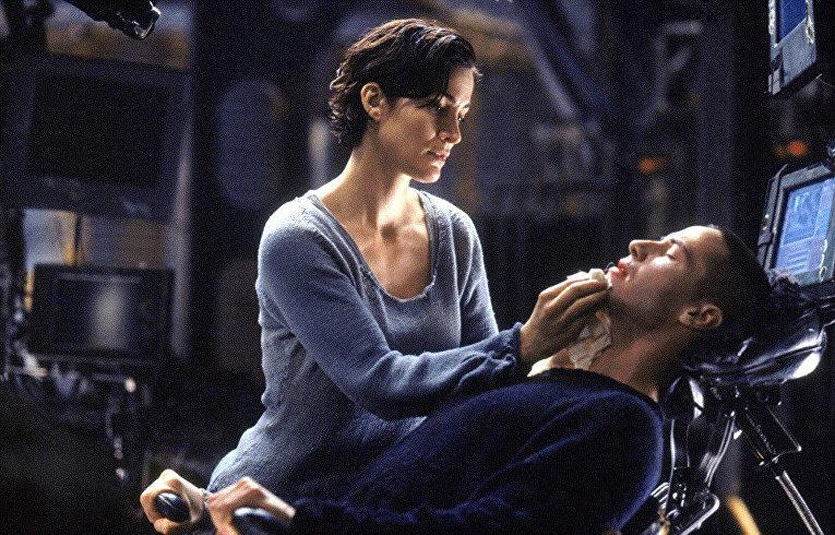 Даже когда города лежат в руинах, а люди порабощены машинами, любовь остается любовью, доказывает нам история Нео и Тринити, восставших против всесильной  Матрицы. Роль Избранного сыграл Киану Ривз, а его подругу-хакера — Керри-Энн Мосс.