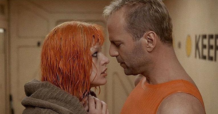 В далеком будущем любовь Лилу и Корбена Далласа оказалась единственным средством спасения человечества. Роли в Пятом элементе сыграли Брюс Уиллис и Милла Йовович.