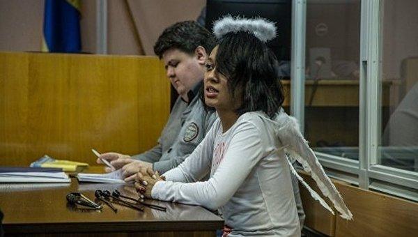 Активистка Femen на суде предстала в костюме Купидона