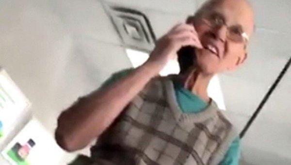Пенсионер впервые воспользовался смартфоном и прославился в сети