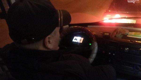 Водитель маршрутки смотрит фильм во время езды
