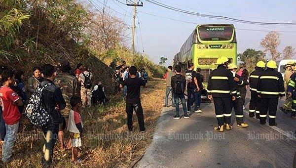 Спасатели и пассажиры возле загоревшегося автобуса