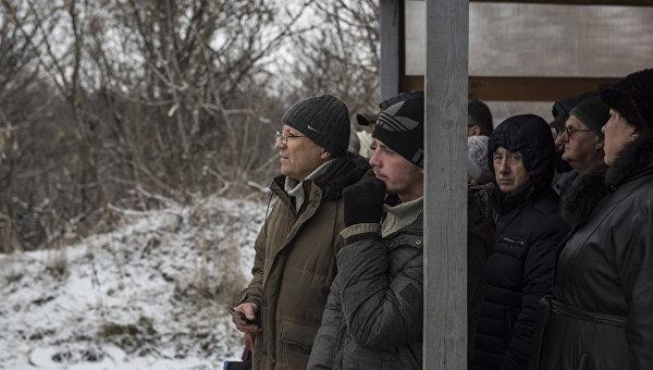 Люди в районе временного пункта пропуска Станица Луганская между Украиной и ЛНР. Архивное фото