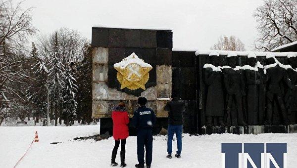 Во Львове разбили плиты Монумента боевой славы советских войск