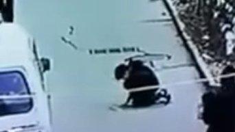 Китайский школьник бросил петарду в канализационный люк. Видео