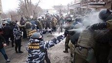 Столкновения Национальных дружин и полиции возле Соломенского райсуда Киева