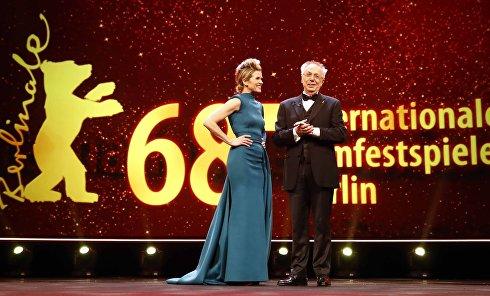 Ведущий Анке Энгельке и директор кинофестиваля Дитер Косслик во время церемонии открытия 68-го Берлинского международного кинофестиваля в Берлине, Германия, 15 февраля 2018 года.