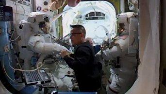 Астронавты Марк Ванде Хай и Норисигэ Канаи вышли в открытый космос