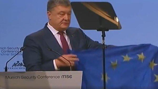 Порошенко показал привезенный его солдатами из Авдеевки флаг Евросоюза