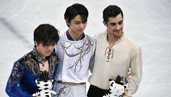 Призеры мужского одиночного катания на соревнованиях по фигурному катанию на XXIII зимних Олимпийских играх (слева направо): Сома Уно (Япония) - серебряная медаль, Юдзуру Ханю (Япония) - золотая медаль, Хавьер Фернандес (Испания) - бронзовая медаль.