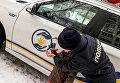 Полицейский с найденным ребенком